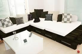 canapé fabriqué en canapé noir et blanc fabriqué avec du bois de palettes lit