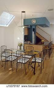 glastisch und metall stühle mit weiß sitze in