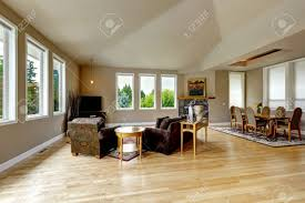geräumiges wohnzimmer mit hohen gewölbten decke und parkett granit hintergrund kamin elegante esstisch set