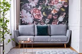 kupfer tisch auf teppich und grünen kissen auf graue im wohnzimmer interieur blumen echtes foto stockfoto und mehr bilder bildhintergrund