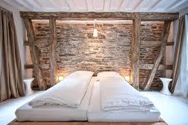 chambre avec plafonds de cologne et mur en pierres