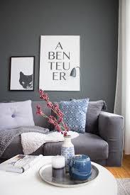 wohnzimmer herbst blaue akzente dunkle wand farbe 1 it s