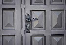 comment régler une porte d entrée qui ferme mal