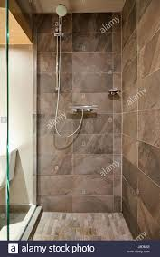 regen dusche badezimmer naturstein fliesen hintergrund