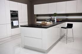 mur de cuisine hotte de cuisine blanche affordable poser une hotte de cuisine with