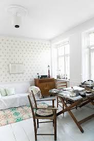 stühle um alten klapptisch im wohnzimmer bild kaufen