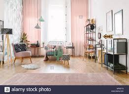 geräumige rosa und weiß schlafzimmer innenraum für ein