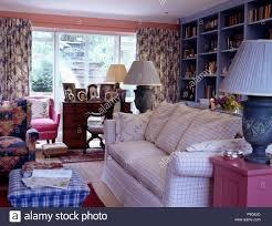 blue überprüft osmanischen hocker und geprüft weiß sofa im