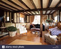 ferienhaus wohnzimmer mit schwarzen balken und hellem holz