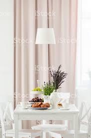 le über dem weißen tisch und stühle im pastell esszimmer interieur mit pflanzen und gardinen echtes foto stockfoto und mehr bilder blume