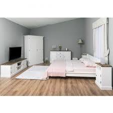 landhaus schlafzimmer mit bett nachtkommode