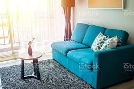 wohnzimmerwohndesign für das zeitgemäße layout und blaue mit guter balance zum entspannen und gut leben stockfoto und mehr bilder behaglich