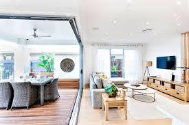 moderne wohnzimmer auf die terrasse und essbereich angebracht um eine kunststoff stühle und tische auf dem holzboden außerhalb in der nähe des sofa