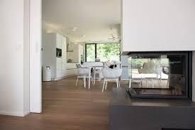 wohn und essbereich mit kamin avantecture gmbh moderne