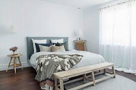 bank vorm bett im hellen schlafzimmer in bild kaufen