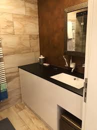 badezimmer fronten in weiß hochglanz waschtischplatte in