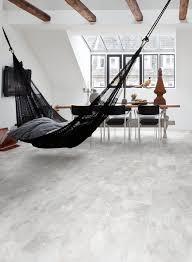 schwarze indoor hängematte wohnzimmer holzbalken decke