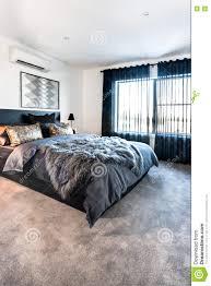 chambre de luxe avec chambre à coucher de luxe avec une vue de moquette au temps de jour