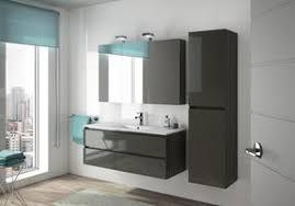 badezimmer mit waschtisch spiegel hängeschrank