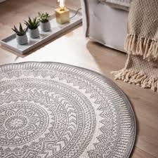 dieser runde teppich schafft eine wohnliche atmosphäre in