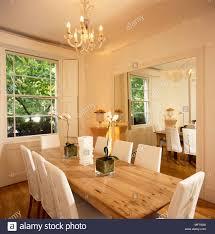 einfaches elegantes esszimmer weiße wände lange kiefer