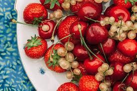 gesunde erdbeeren kirschen johannisbeeren und ein