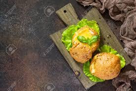 chignon cuisine oeufs brouillés au jambon cuits au four avec un fromage chignon et
