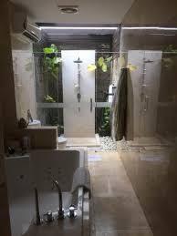 königliches bad mit regenwald dusche bild legian