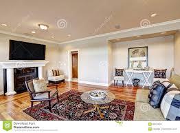 reizendes beige wohnzimmer mit gemütlicher sitzecke in der