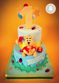 cake design thème winnie l ourson bleu et vert sur 2 étages