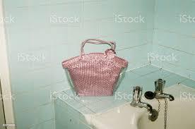vintage rosa handtasche im alten badezimmer stockfoto und mehr bilder accessoires