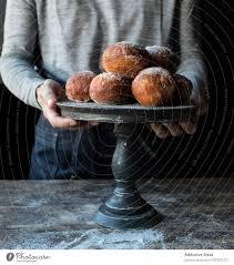 person in der nähe gebackenen kuchen auf dem ständer auf