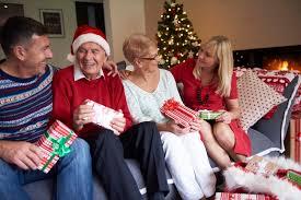 vier personen im wohnzimmer an weihnachten kostenlose foto