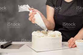 konditor bei der arbeit creme kuchen dekorieren kochtisch der einen kuchen zubereitet stockfoto und mehr bilder assistent