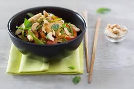 cuisiner avec un wok recette de wok de poulet sauté au saké et noix de cajou facile et