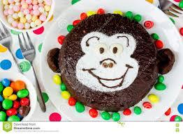 lustiger kuchen in form affegesicht für kinder stockfoto