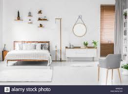 großzügige designer weiß schlafzimmer innenraum mit holz