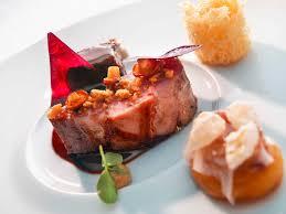 lomo vom iberico schwein auf holzkohle gegart mit carrillera eingelegten aprikosen pfifferlingen