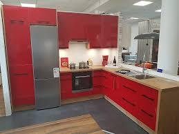 burger musterküche moderne l küche rot hochglanz lack ohne