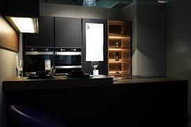 nobilia moderne designküche schwarz lacklaminat mit esstresen