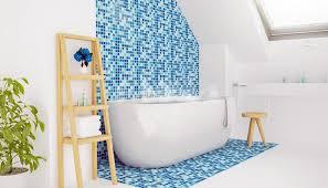 badezimmer idee blaue wandgestaltung mit fliesen leiterregal