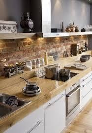 weiße küche holzarbeitsplatte und steinwand 3