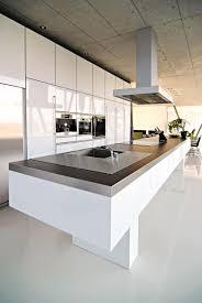 decke aus sichtbeton kücheninsel küchenblock weiß