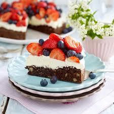 brownie walnuss torte mit erdbeeren und heidelbeeren