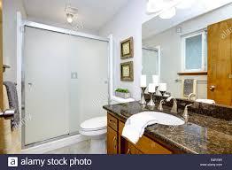 badezimmer einrichtung mit dunklem granit arbeitsplatte