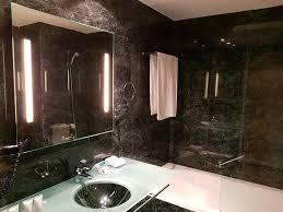 bad grün marmoriert mit waschbecken badewanne bild
