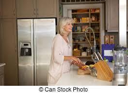 femmes plus cuisine femme plus vieux légumes découpage cuisine heureux photo de
