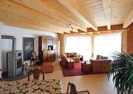wohnzimmer mit kamin holzbalken decke im landhausstil