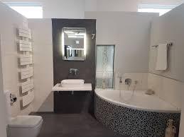 eckbadewanne kiesel mosaik hängende toilette bad