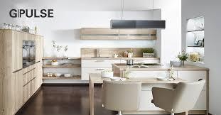 modernes küchendesign verbindet holz stahl und beton um